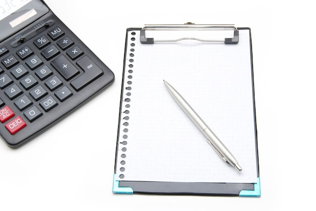 Kalkulator i długopis na białym tle