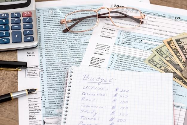 Kalkulator i długopis z formularzem podatkowym 1040