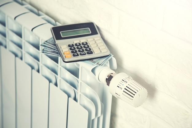Kalkulator i pieniądze na grzejnik z regulatorem temperatury
