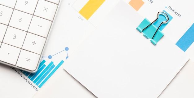 Kalkulator i sprawozdanie finansowe. miejsce pracy biznesmena