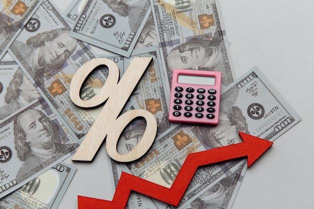 Kalkulator i symbol procentu na koncepcji inwestycji banknotów dolarowych