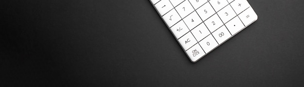 Kalkulator na ciemnym tle banera