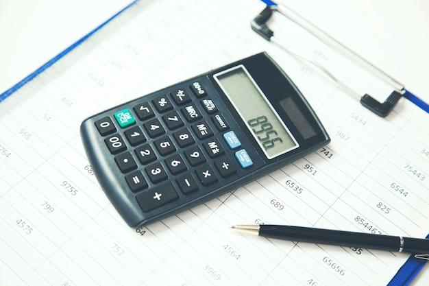 Kalkulator na dokumentach na stole w biurze