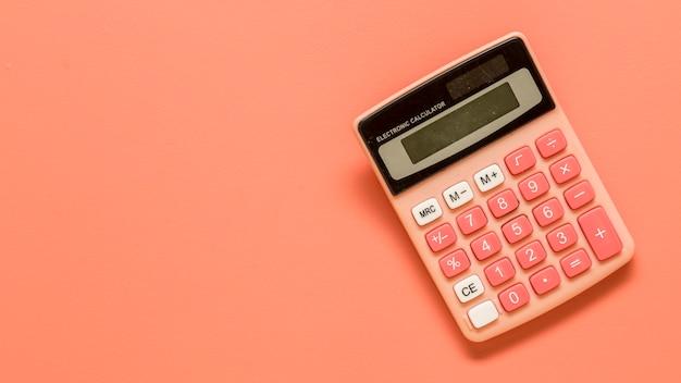 Kalkulator na kolorowej powierzchni
