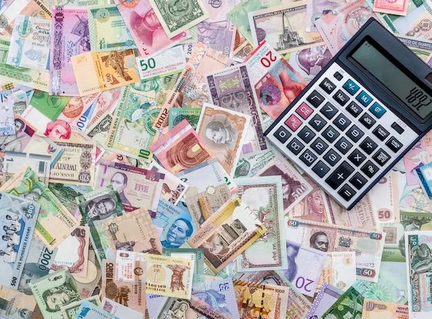 Kalkulator na mieszanych banknotach, z bliska