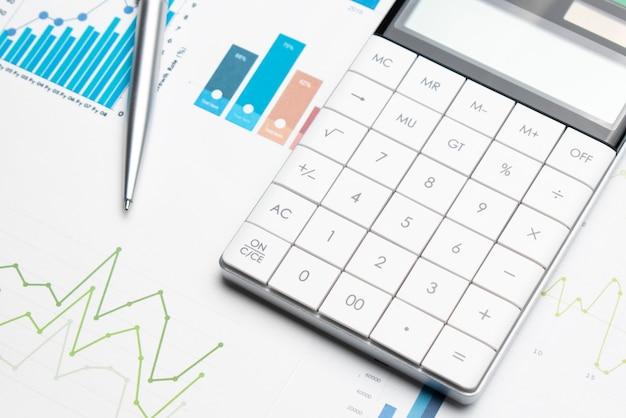 Kalkulator na papierze milimetrowym. rozwój finansów, konto bankowe, statystyka, analityka inwestycyjna, gospodarka danymi, handel na giełdzie, koncepcja firmy biznesowej.