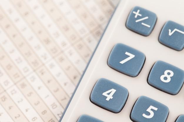 Kalkulator na tabelach matematycznych