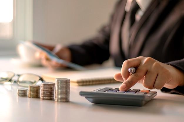 Kalkulator prasowy bizneswoman do obliczania wydatków biurowych, pomysłów na finansowanie i inwestycji pożyczkowej.