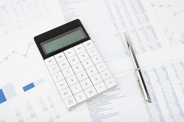 Kalkulator sprawozdania finansowego i bilansu na biurku audytora