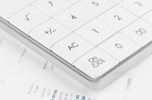 Kalkulator sprawozdania finansowego i bilansu na biurku