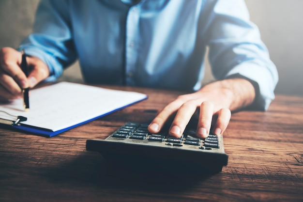 Kalkulator strony biznesmena i dokument