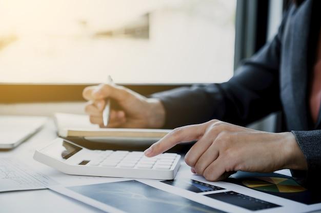 Kalkulator użycia dłoni interesu, wykres analizy w domowym biurze do wyznaczania celów biznesowych