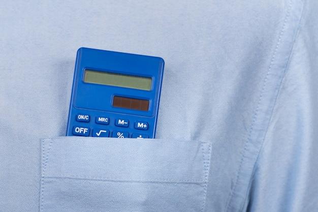 Kalkulator w kieszeni koszuli.