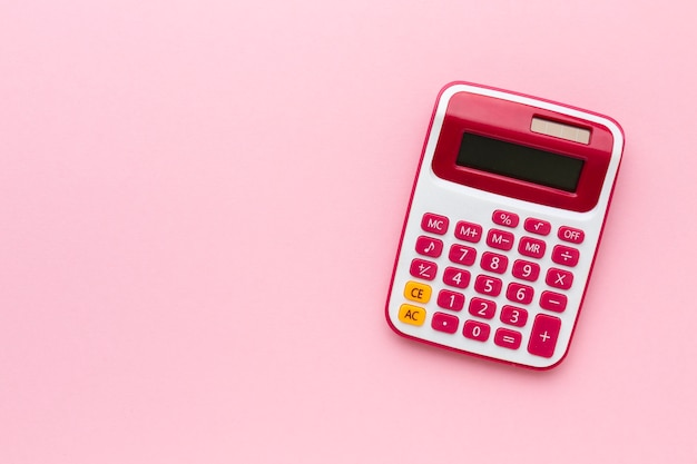 Kalkulator widoku z góry na różowym tle