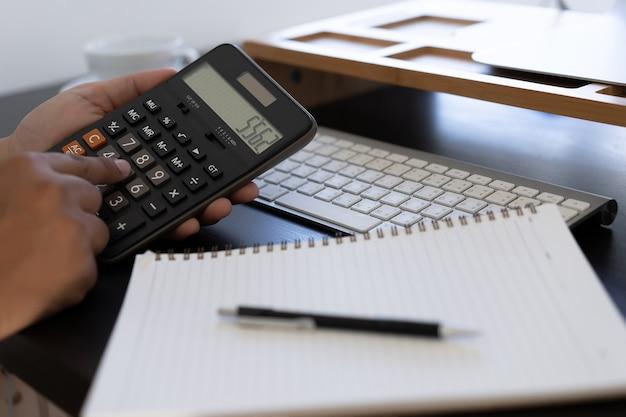 Kalkulator wykorzystania man sporządź notatkę z obliczyć o koszt w biurze zamknij