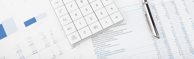 Kalkulator, wykresy i arkusze kalkulacyjne. finanse, rachunkowość, statystyki i koncepcja biznesowa.