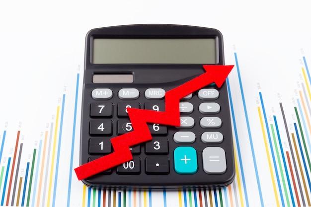 Kalkulator z czerwoną strzałką rosnącą