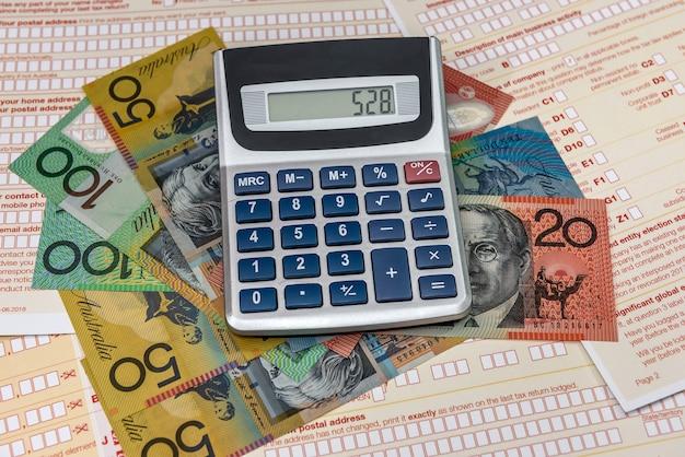 Kalkulator z dolarami australijskimi i formularzem podatkowym