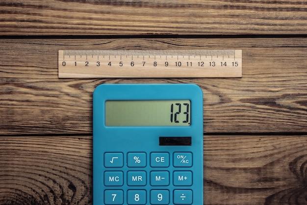 Kalkulator z linijką na drewnianym