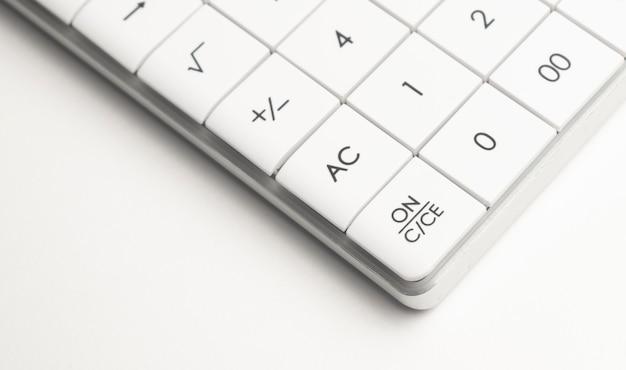 Kalkulator z piórem na analizie giełdowej. koncepcja badań biznes, finanse i audyt.