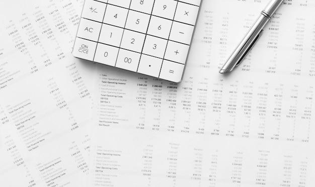 Kalkulator z piórem na analizie giełdowej. koncepcja badań biznesowych, finansów i audytu.