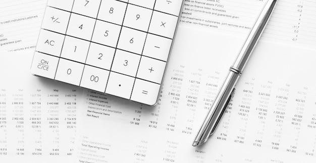 Kalkulator z piórem na danych finansowych. koncepcja badań biznesowych i finansowych.