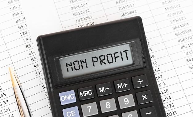 Kalkulator ze słowem non profit na wyświetlaczu.