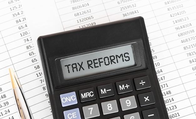 Kalkulator ze słowem reformy podatkowe na wyświetlaczu.