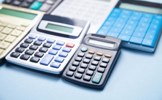 Kalkulatory na niebieskiej powierzchni.