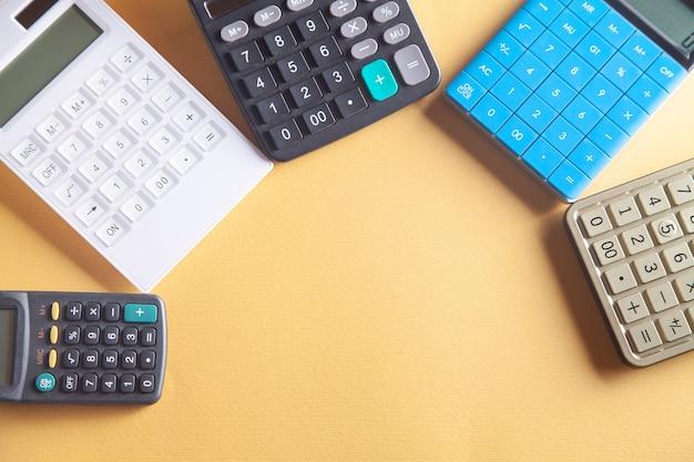 Kalkulatory na żółtym tle.