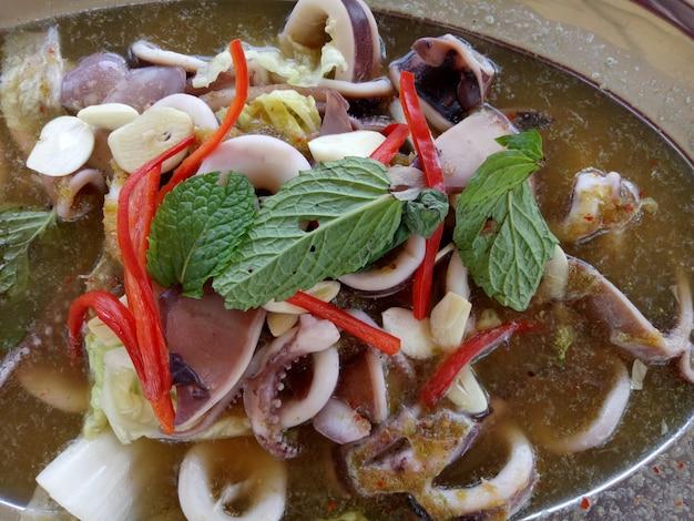 Kalmary gotowane na parze z cytryną.