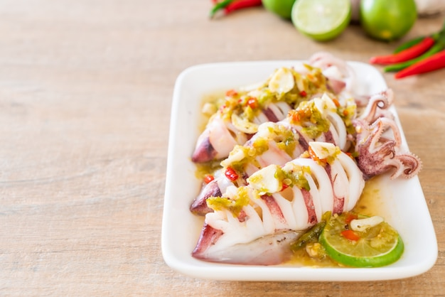 Kalmary gotowane na parze z pikantnym chili i sosem cytrynowym