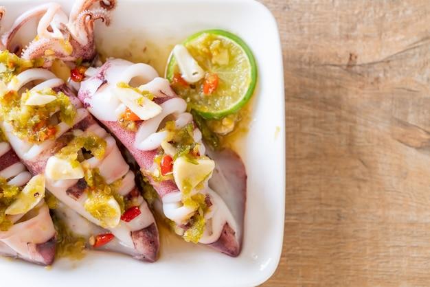 Kalmary gotowane na parze z pikantnym sosem chili i cytryną