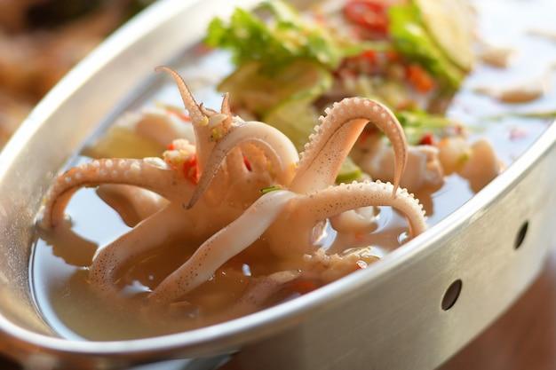 Kalmary parowe z pikantnym chili i sosem cytrynowym.