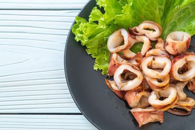 Kalmary z grilla na talerzu