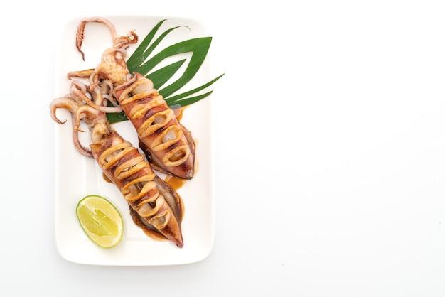 Kalmary z grilla z sosem teriyaki na białym tle na białej powierzchni