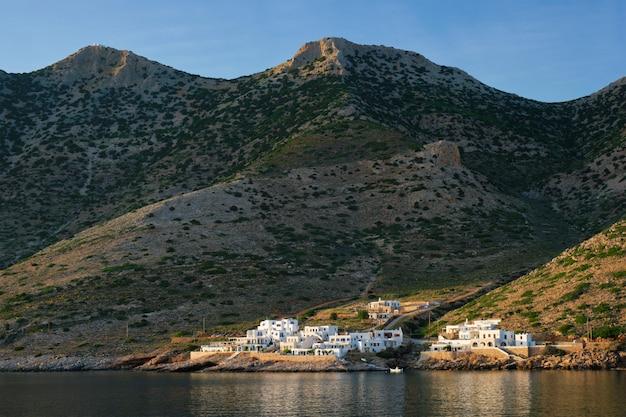 Kamares miasteczko z tradycyjnymi białymi domami na sifnos wyspie na zmierzchu. grecja