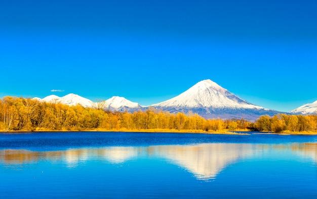 Kamczatka, wulkan koriakski w jesienny wieczór z odbiciem nad jeziorem