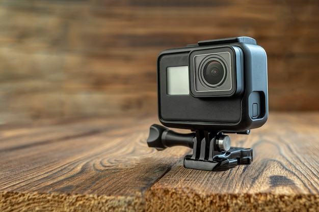 Kamera akcji na drewnianym tle