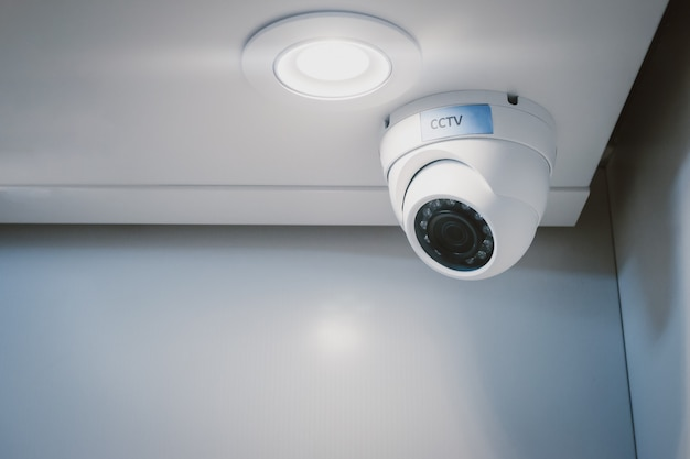 Kamera bezpieczeństwa cctv na ścianie w domowym biurze do nadzoru nadzoru systemu straży domowej.