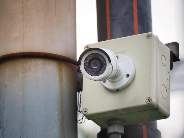 Kamera bezpieczeństwa cctv na wysokim słupie do ochrony publicznej. monitoring cctv w mieście.