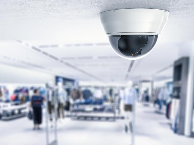 Kamera bezpieczeństwa lub kamera cctv na suficie z tłem sklepu detalicznego