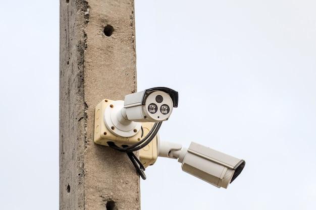 Kamera cctv na słupie elektrycznym patrzy poniżej ważnych wydarzeń