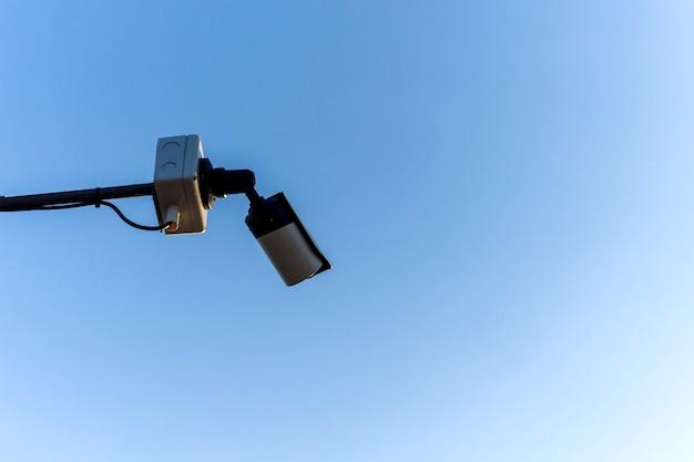 Kamera cctv na tle nieba