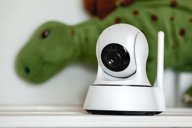 Kamera ip na półce z zabawkami, służąca jako niania