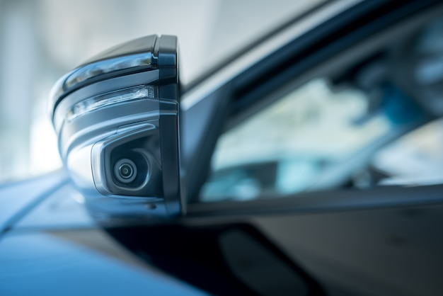 Kamera lustrzana po lewej stronie samochodu pomaga znaleźć martwe pola, zwiększając skuteczność widzenia kamery skrętu w lewo w nowoczesnych samochodach.