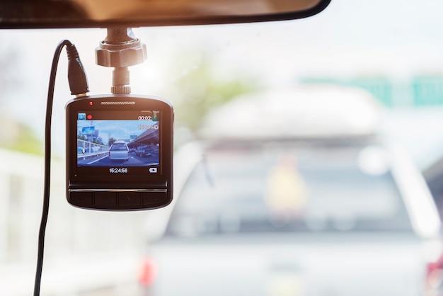 Kamera rejestrująca przed samochodem dla bezpieczeństwa na drodze.