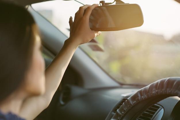 Kamera samochodowa cctv dla bezpieczeństwa w wypadku drogowym. koncepcja bezpieczeństwa; ręcznie reguluj lusterko wsteczne w samochodzie przed rozpoczęciem jazdy.