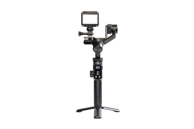 Kamera sportowa jest zamontowana na 3-osiowym stabilizatorze silnika dla płynnego nagrywania wideo na białym tle.