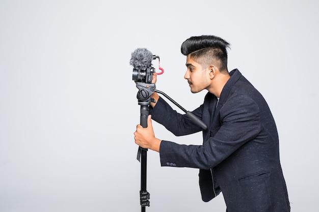 Kamera wideo indyjski operator na białym tle na białym tle